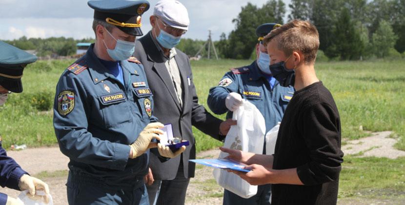 Подростки вместе со взрослыми спасли женщину на пожаре в Новосибирской области