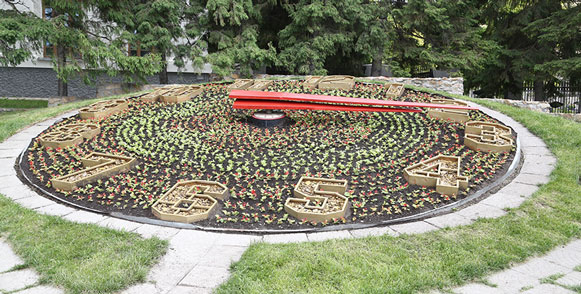 В Новосибирске вновь пошли стрелки цветочных часов в центре города