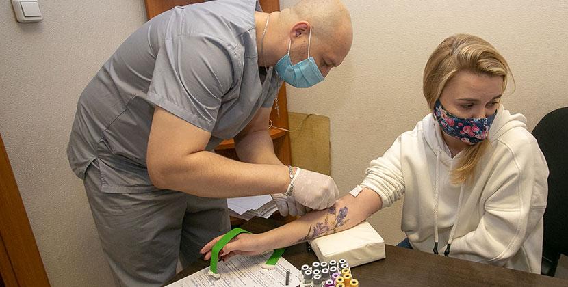 Сотрудники редакции «Ведомостей» сдали кровь на антитела в лаборатории Новосибирска