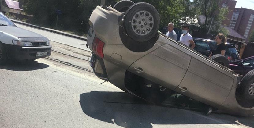В Новосибирске девушка-водитель положила машину на крышу на трамвайных путях