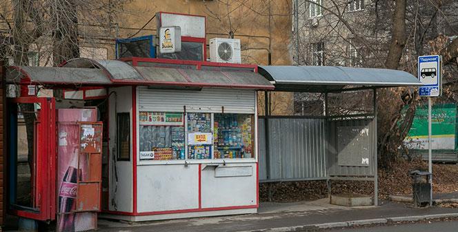 В Первомайском районе Новосибирска на мужчину упала остановка