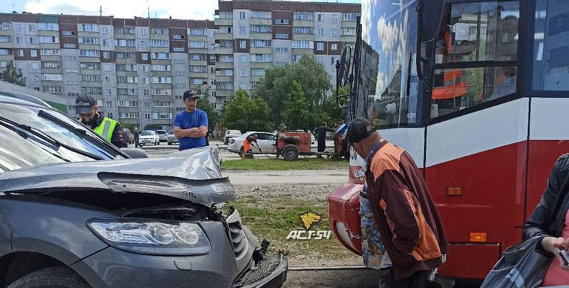 Кроссовер столкнулся лоб в лоб с трамваем в Ленинском районе