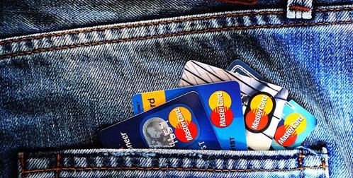 Сотрудница финансового учреждения из Новосибирска ловко снимала деньги с карт доверчивых граждан