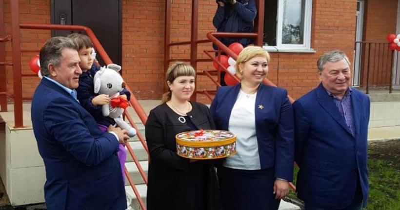 Председатель заксобрания Новосибирской области Андрей Шимкив и депутат Евгений Покровский поздравили медиков с праздником и новыми квартирами