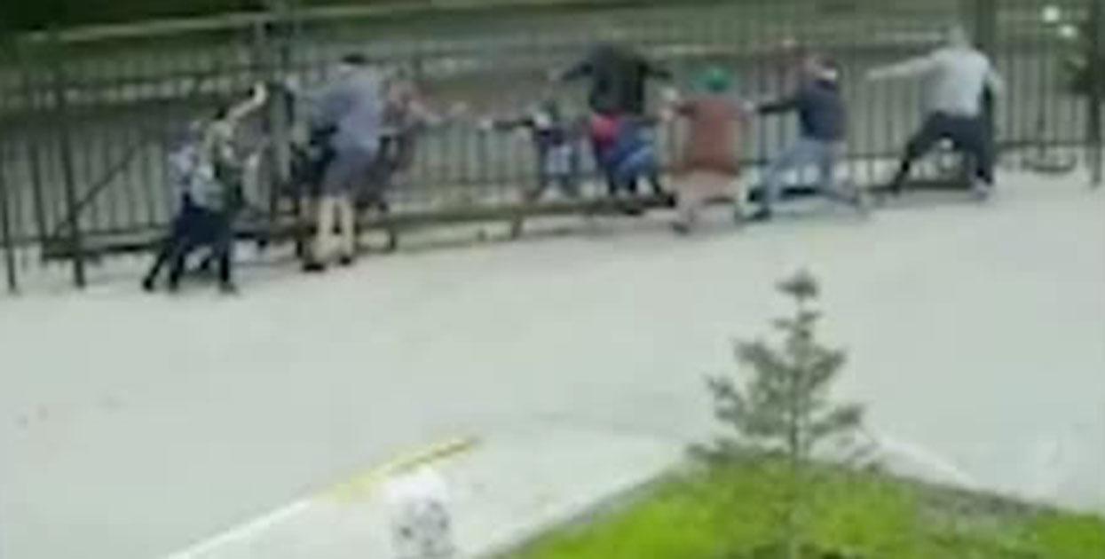 В Новосибирске прохожие спасали мальчика, застрявшего головой в заборе