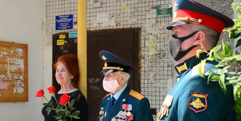 В Новосибирске под окнами фронтовиков прошли мини-парады