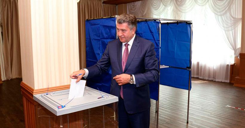 25 июня спикер заксобрания Новосибирской области Андрей Шимкив проголосовал за поправки в Конституцию