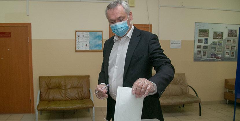 Губернатор Новосибирской области Андрей Травников проголосовал по поправкам в Конституцию