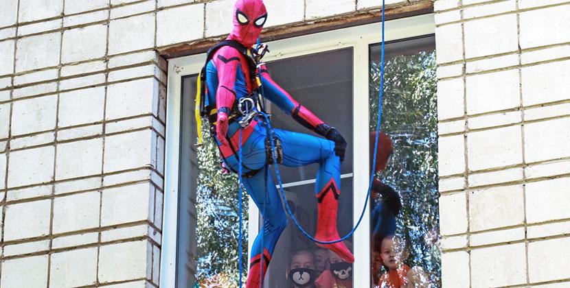 Человек-паук поздравил с днём именинника детей из отделения онкогематологии в Новосибирске