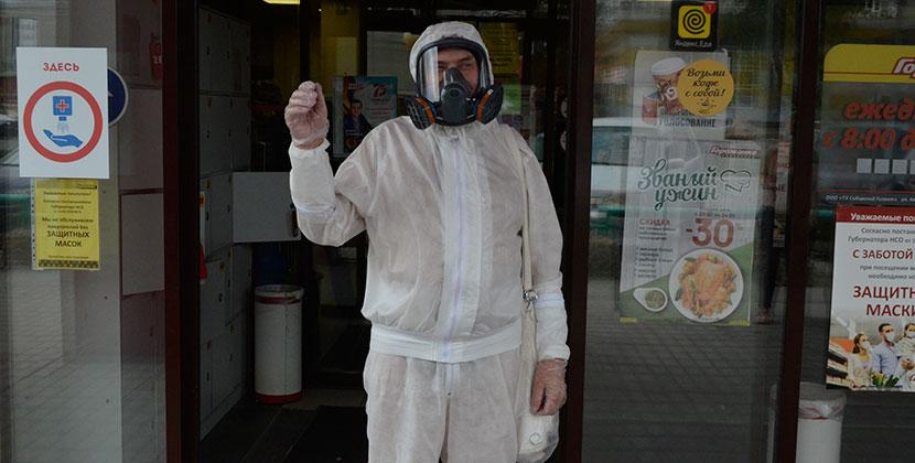 Житель Новосибирска основательно защитился от коронавируса