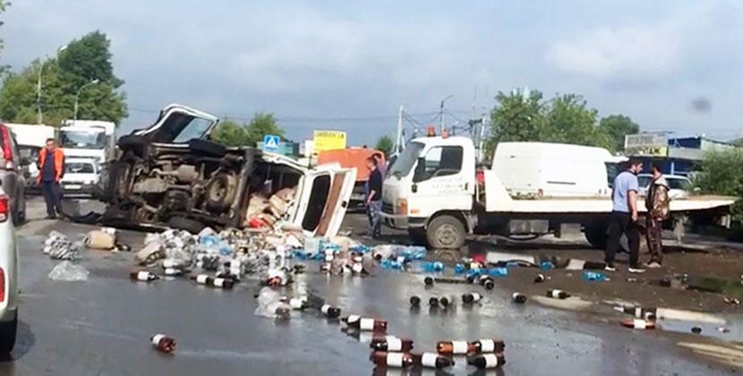В Новосибирске опрокинулся фургон с пивом: бутылки разлетелись по проезжей части