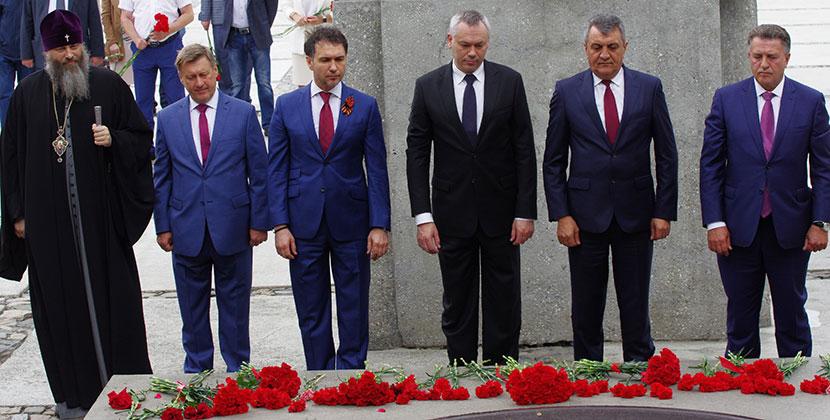 Руководители Новосибирской области и города возложили цветы к Вечному огню на мемориальном ансамбле «Монумент Славы»