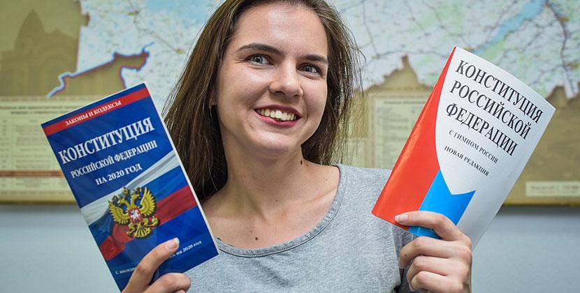 Новосибирцы разбирают в книжных магазинах Конституцию РФ в разных редакциях