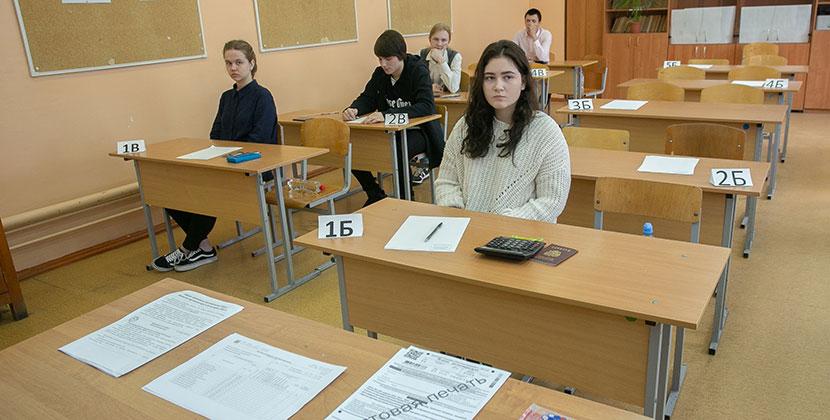 В Новосибирске двух школьников вывели с ЕГЭ по литературе за нарушения.