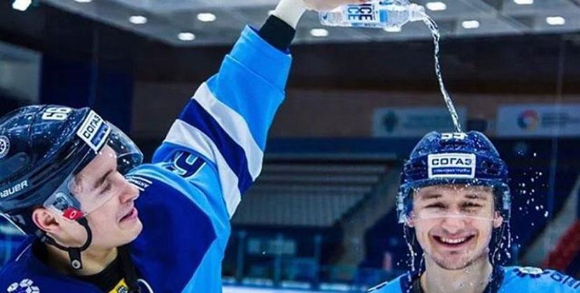 Поздравили с Иваном Купалой: игроки хоккейной «Сибири» облились на льду водой