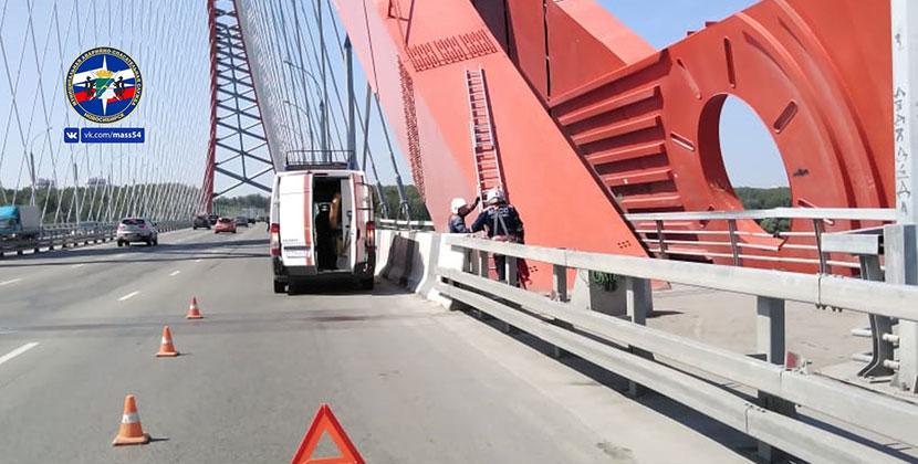 В Новосибирске молодой человек отдыхал на арке Бугринского моста
