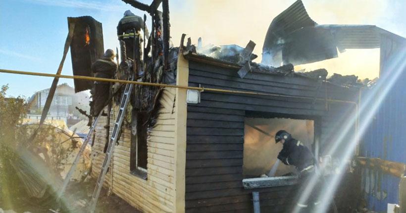 В Новосибирске пожар уничтожил два жилых дома: есть жертвы