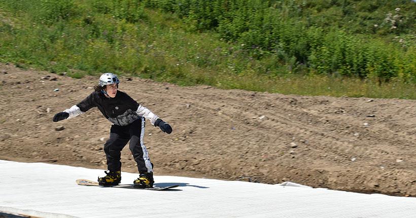 В Новосибирске установили первую в России разгоночную трассу для сноуборда