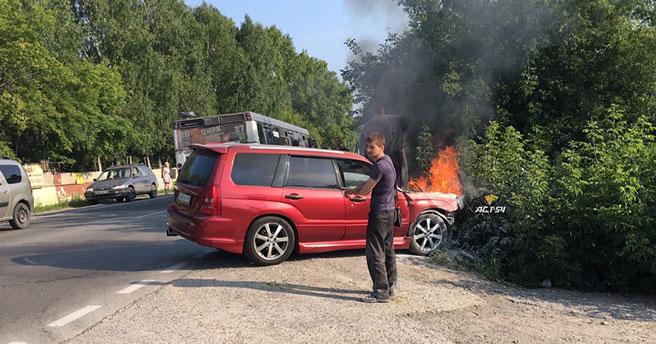 История с запашком: в Новосибирске ассенизаторский автомобиль помог потушить кроссовер в Дзержинском районе