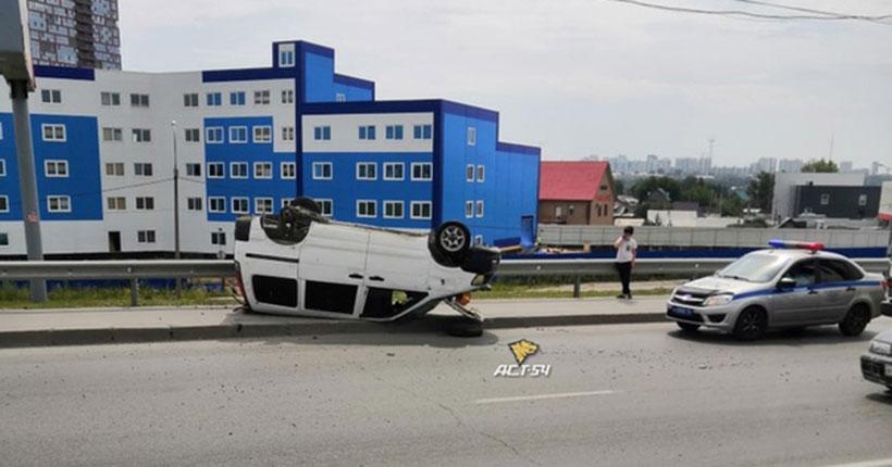 В Новосибирске на Димитровском мосту перевернулся автомобиль