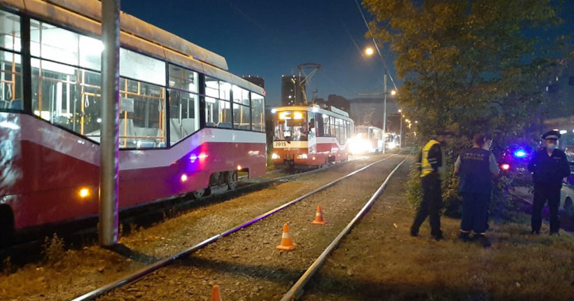 В Новосибирске трамвай наехал на лежащего на путях мужчину