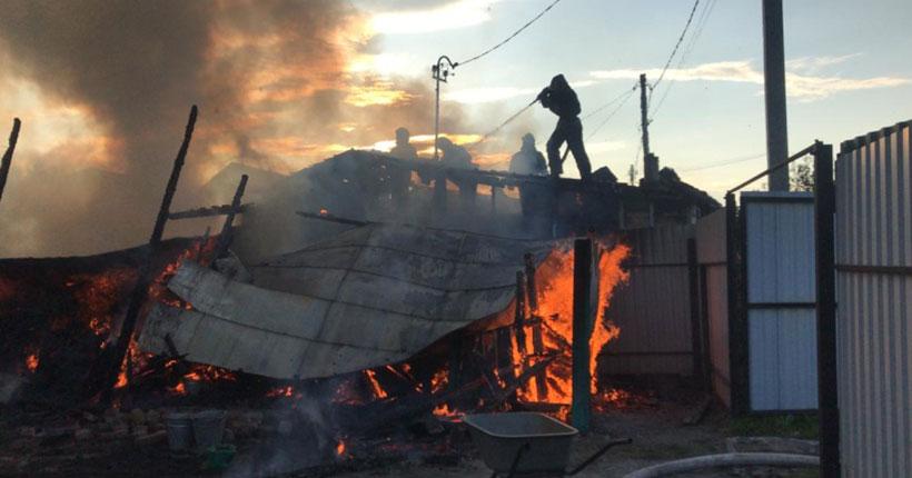 В Новосибирске пожарные тушили огонь в частном доме с помощью катера