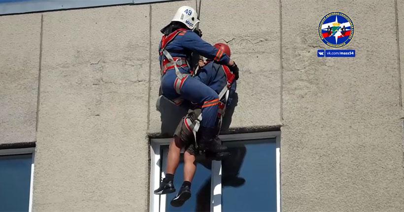 В Новосибирске спасатели сняли с крыши рабочего с сердечным приступом