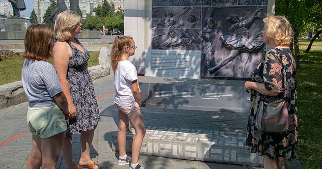 В Новосибирске открылась уличная фотовыставка, посвящённая истории оперного театра