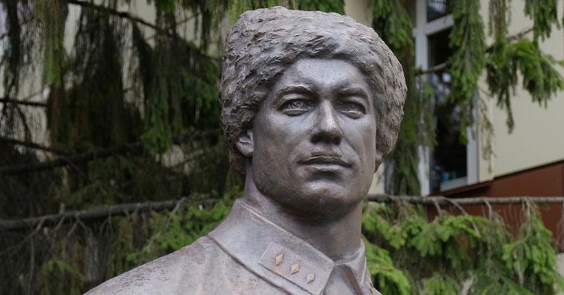 В Новосибирске вернули на историческое место бюст Петра Щетинкина