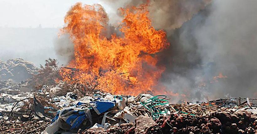 В Новосибирске продолжает гореть полигон бытовых отходов