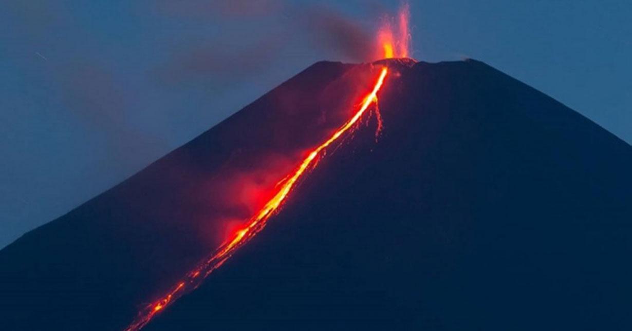 Новосибирский фотограф снял извержение вулкана Ключевская Сопка
