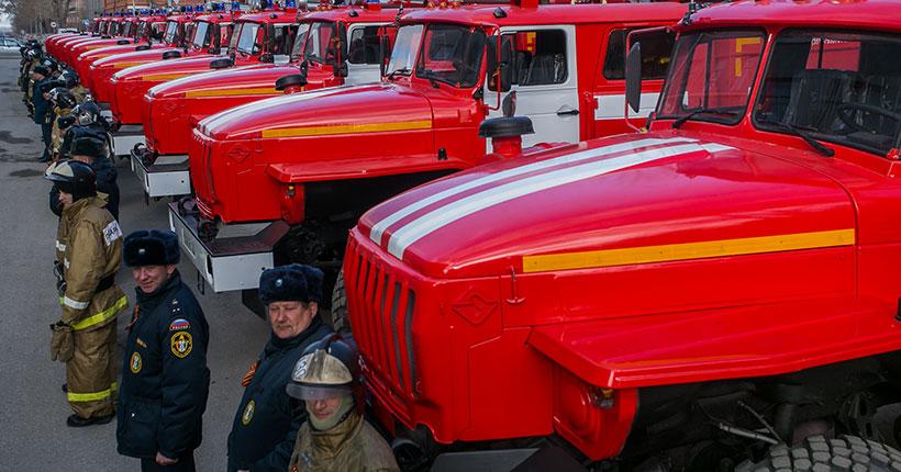 Сотрудники МЧС спасли восемь человек из горящего дома в Новосибирске
