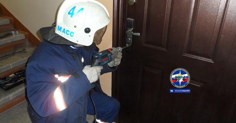 В Новосибирске женщина ночью пошла к соседке за солью: в квартире остались заблокированы 7 детей