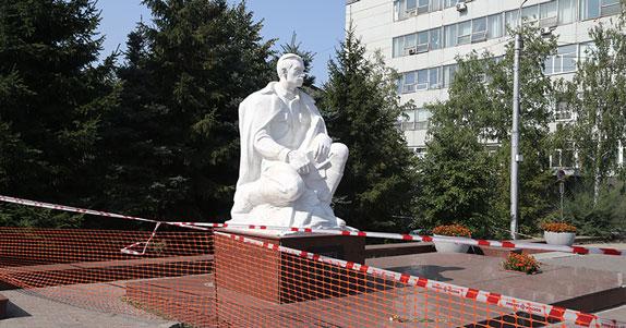 В Новосибирске началась реконструкция  памятника Борису Богаткову