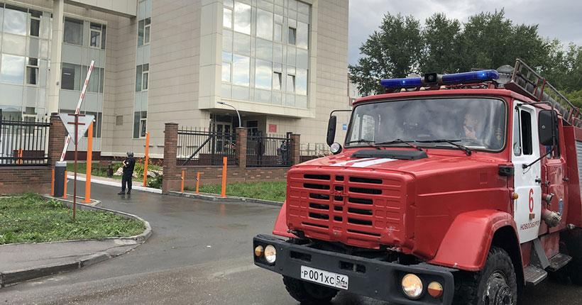 В Новосибирске массово эвакуируют людей из больниц и судов