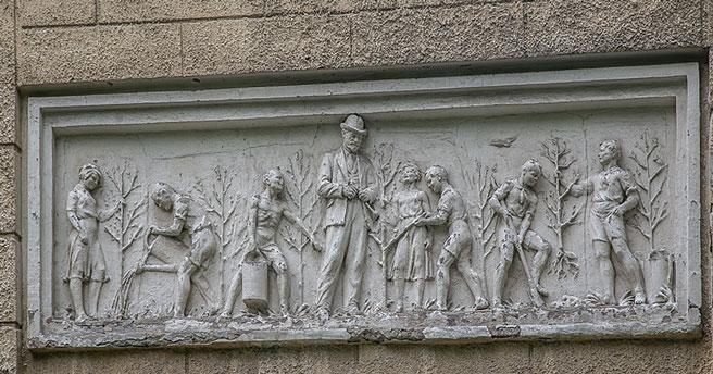 Школу № 54 в Новосибирске всё-таки снесут, но исторические барельефы сохранят