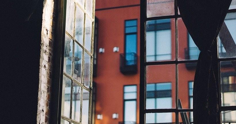 Женщина, выпавшая из окна шестого этажа в Бердске, скончалась