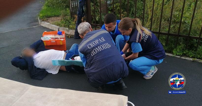Пьяного новосибирца снимали с забора спасатели и врачи