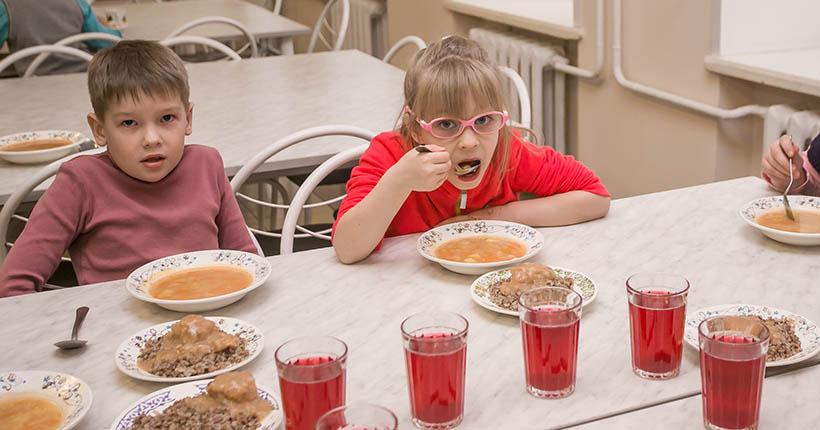 Горячая линия по вопросам бесплатного питания школьников заработала в Новосибирской области