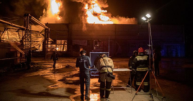 В Новосибирске сгорел крупный склад лакокрасочных изделий