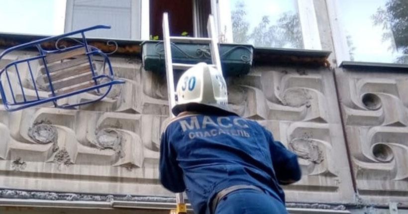 В Новосибирске за сутки малыши дважды закрывали взрослых на балконах