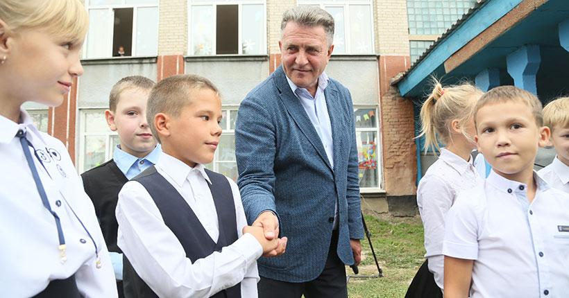 Председатель Законодательного собрания Новосибирской области поздравил сельских школьников