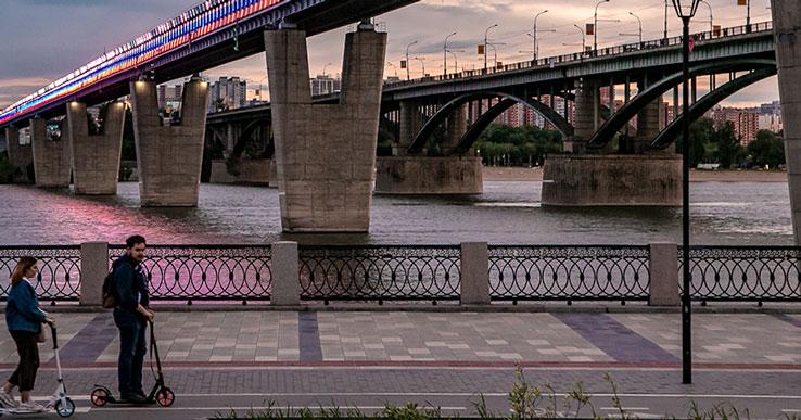В Новосибирске для пешеходов закрывается Октябрьский мост