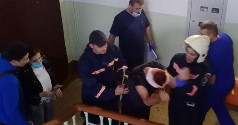 Пьяный мужчина вышел покурить и упал с перил лестницы в одном из домов Новосибирска