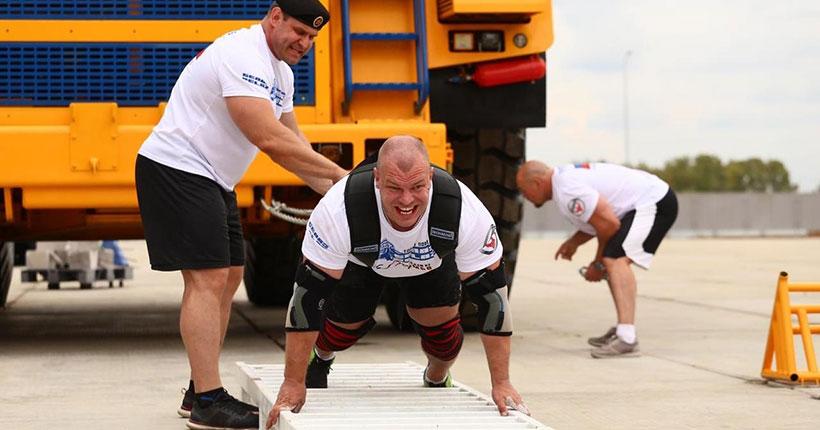 Новосибирец протянул 90-тонный БелАЗ на три метра на глазах у изумлённой публики