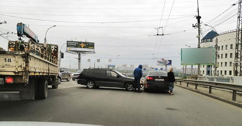 В Новосибирске водитель-нарушитель спровоцировал утренний затор на оживлённой улице