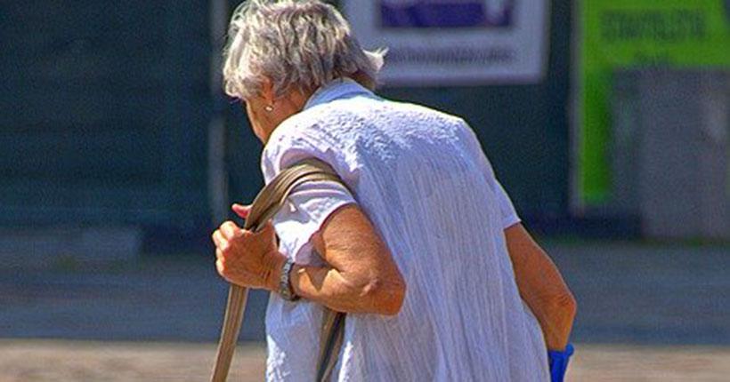 Забрали даже костыль: в Новосибирске гастролёры ограбили старушку