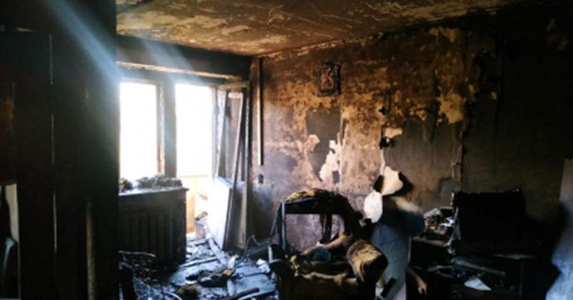 В Новосибирске почти полностью выгорела квартира: спасти жильца не смогли