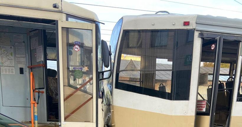 Параллельные прямые иногда пересекаются: в Новосибирске столкнулись два трамвая