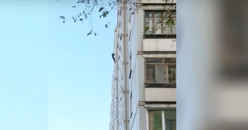 Мужчина вышел за окно на девятом этаже в Новосибирске